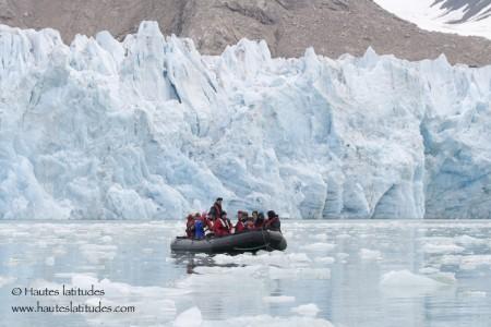 Navigation en zodiac devant un front de glacier au Spitzberg