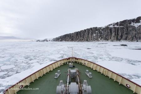 Croisière expédition navigant dans les glaces en Arctique